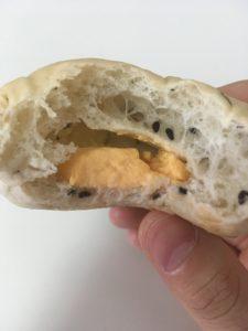ローソンの糖質オフの黒ごまとチェダーチーズクリームのパンの断面