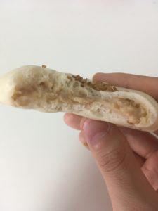 ローソンの糖質オフのしっとりパン胡麻サラダチキンの断面