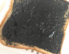 黒ごまのジャムを塗ったローソンのブラン入り食パン
