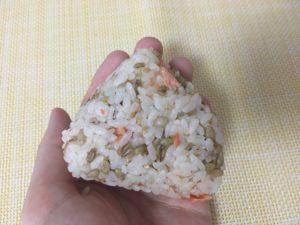 ファミマのスーパー大麦バーリーマックス入り鮭ごまおにぎり
