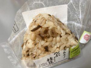 セブンイレブンのもち麦もっちり!塩こんぶ枝豆おむすび
